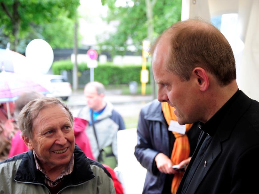 Im Gespräch mit Weihbischof Florian Wörner, der am Donnerstagnachmittag am Bistumsstand vorbeischaute. (Foto: pba/Nicolas Schnall)