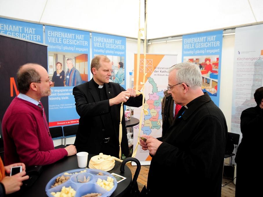 Welches Anliegen Weihbischof Florian Wörner in diesem Moment wohl der Knotenlöserin anvertraut hat? (Foto: pba/Nicolas Schnall)
