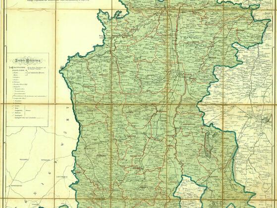 """Während das Bistum Augsburg bislang zur Mainzer Kirchenprovinz gehört hatte, war es seit seiner Neuerrichtung von 1817/21 als bayerisches Landesbistum Suffraganbistum des Erzbistums München und Freising. Das seit dieser Zeit unveränderte Bistumsgebiet umfasst eine Fläche von 13.858 Quadratkilometern. Die Zahl der Dekanate blieb seit der Reformationszeit unverändert: Neben dem Stadtdekanat Augsburg gab es 39 sogenannte Landkapitel. Bistumskarte 1888, """"Special-Karte der Diözese Augsburg"""" mit den Dekanatsbezeichnungen, 3. Auflage."""