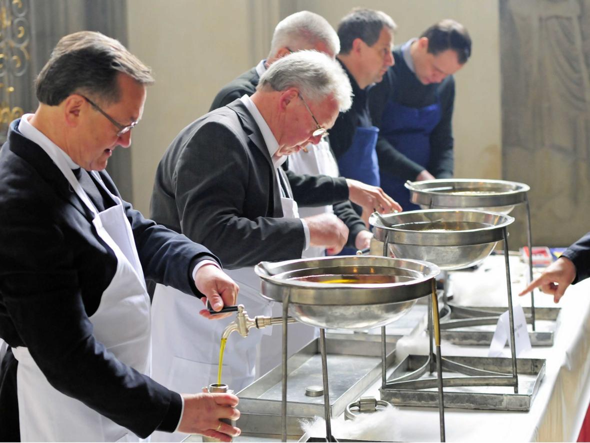 Kostbar: Nach der Chrisammesse werden die hl. Öle abgefüllt. (April) (Foto: Nicolas Schnall)