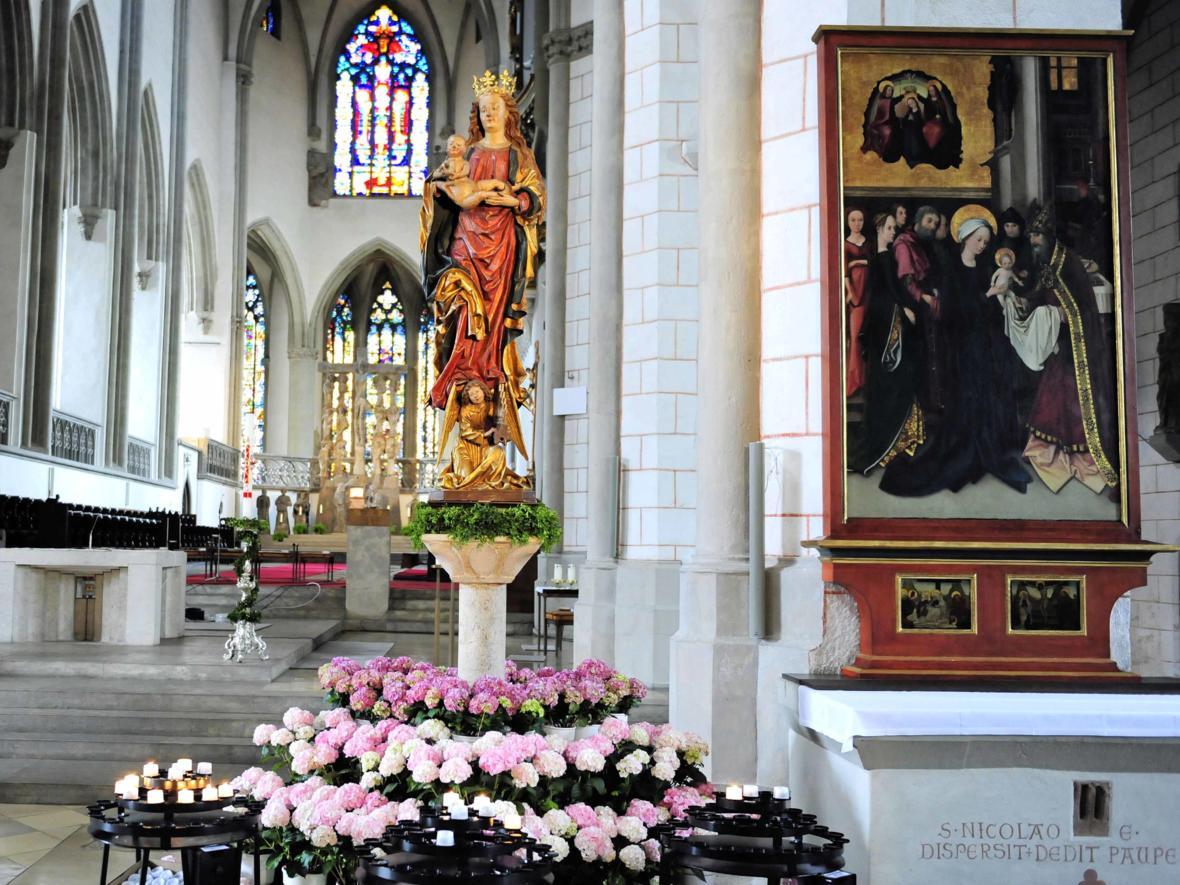 Geziert und geschmückt: Marienfigur im Hohen Dom zu Augsburg (Mai) (Foto: Nicolas Schnall)