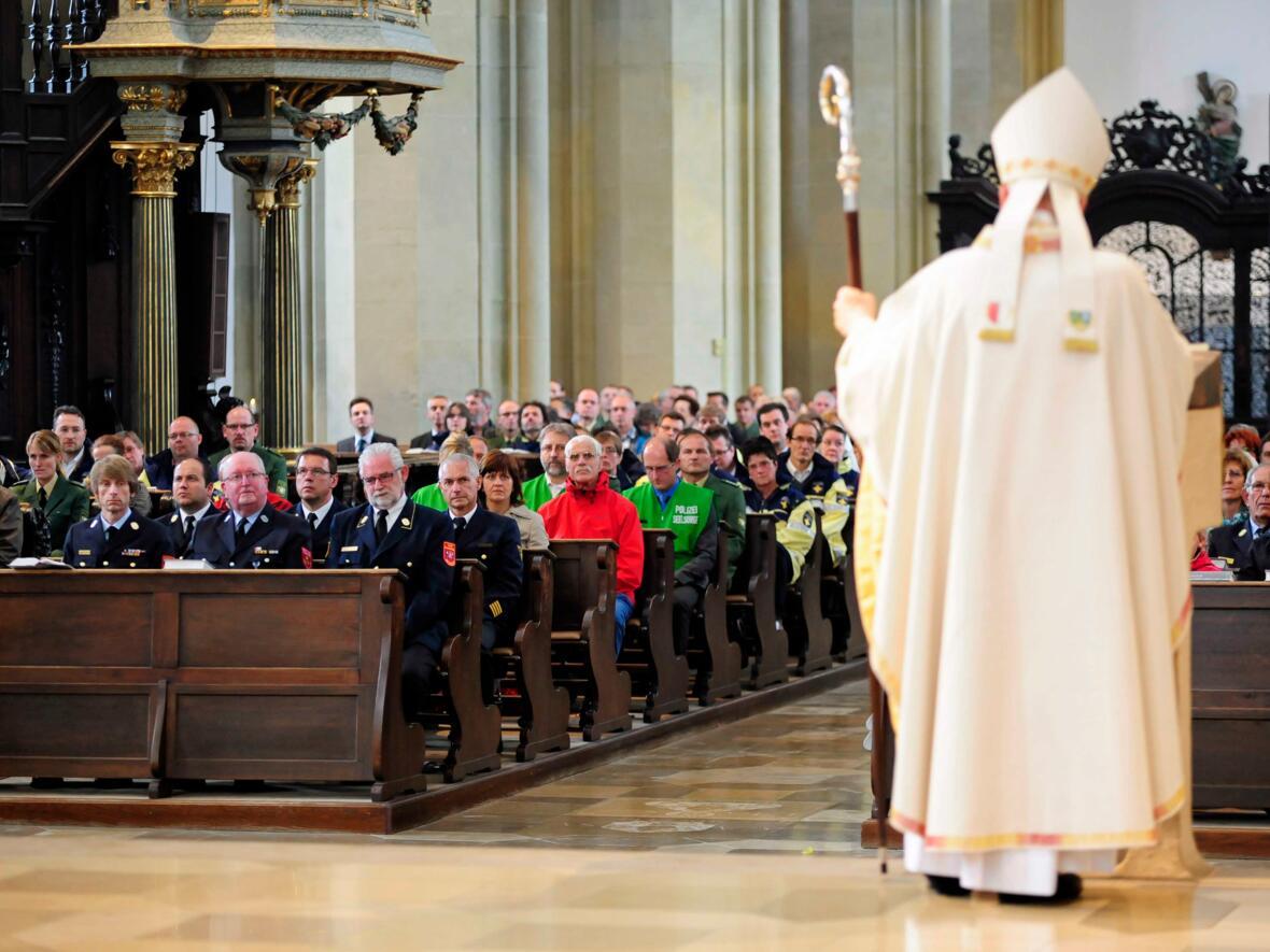 Blaulichtgottesdienst in der Ulrichswoche: Bischof Konrad bedankt sich für ihren Einsatz bei Polizei, Feuerwehr, Rettungskräften und Notfallseelsorge.(Juli) (Foto: Nicolas Schnall)