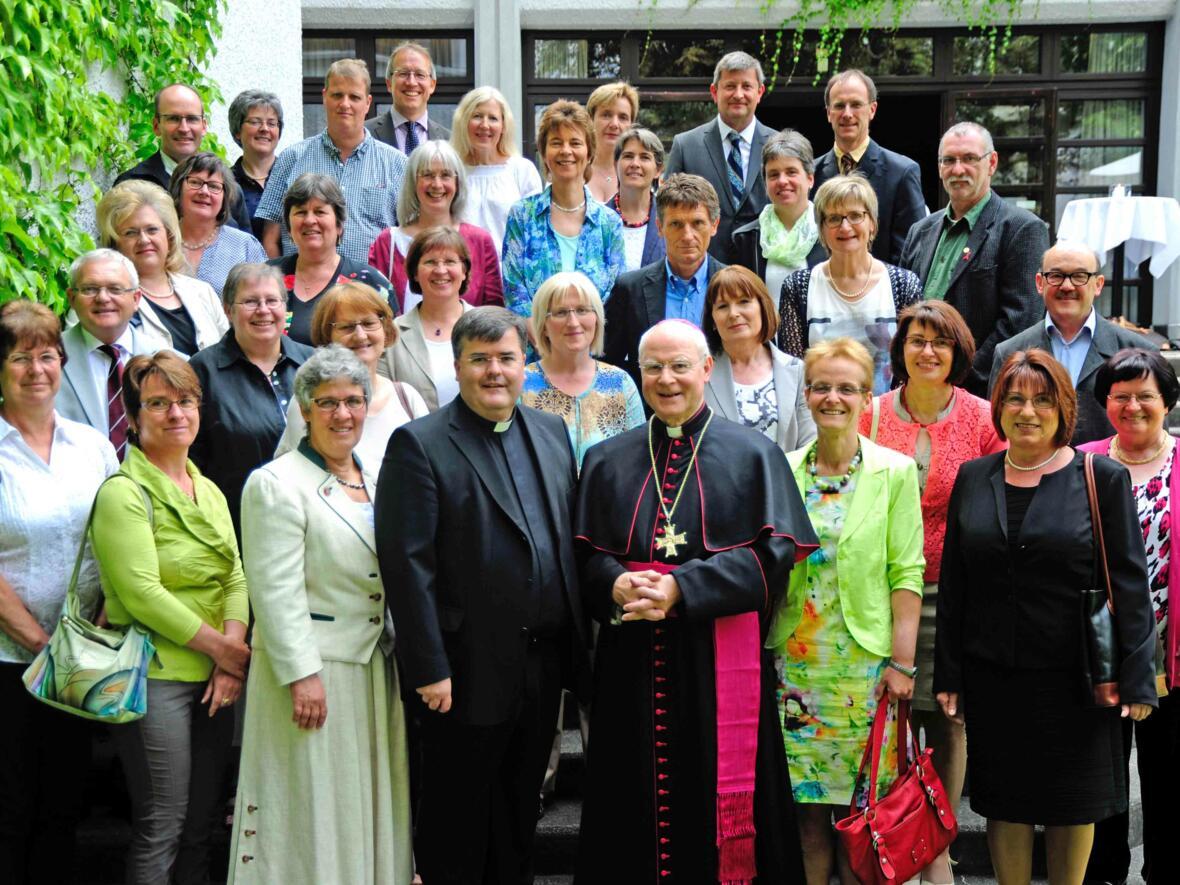 25 oder 40 Jahre im Dienst der Diözese: Bischof Konrad und Generalvikar Heinrich bei der Ehrung der Laienjubilare. (Juli) (Foto: Nicolas Schnall)