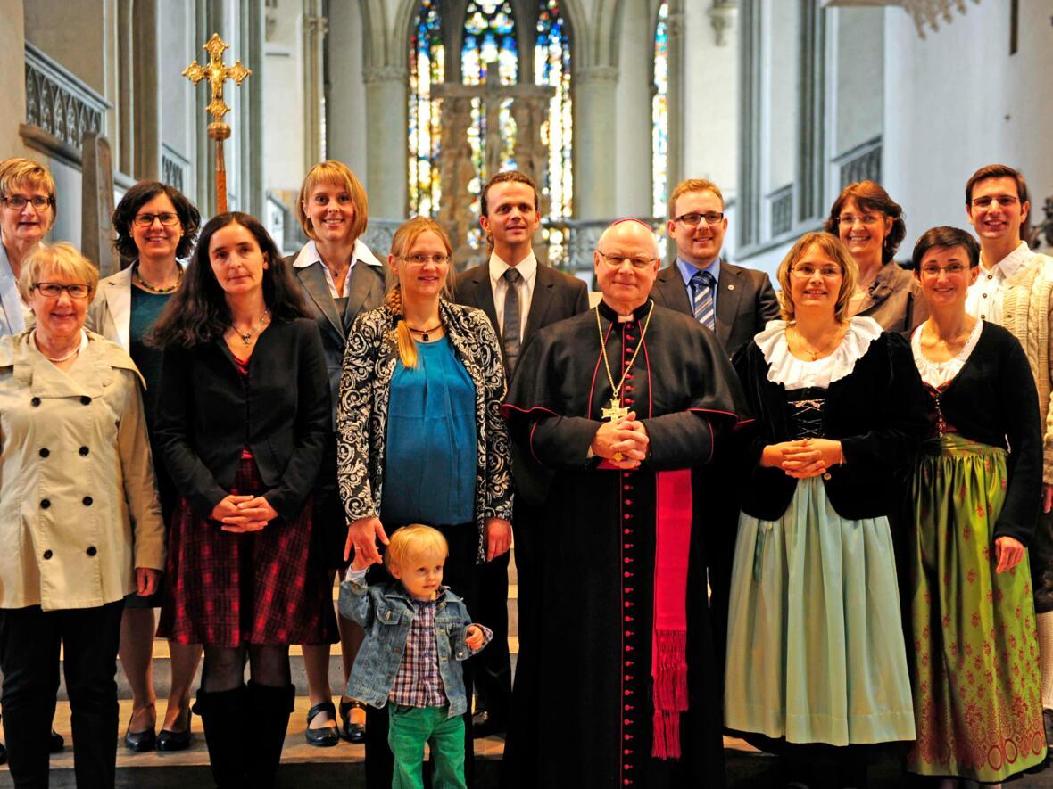 Nah am Menschen, für die Menschen: Bischof Konrad sendet zehn pastorale Mitarbeiterinnen und Mitarbeiter aus. (September) (Foto: Maria Steber)