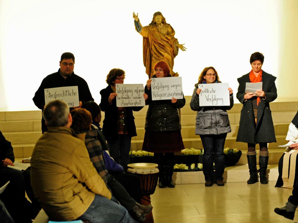 """""""Deutsch/Asyl – Asyl/Deutsch"""": Das Licht für den Frieden und gegen Gewalt leuchtete in der Augsburger Moritzkirche. (November) (Foto: Maria Steber)"""