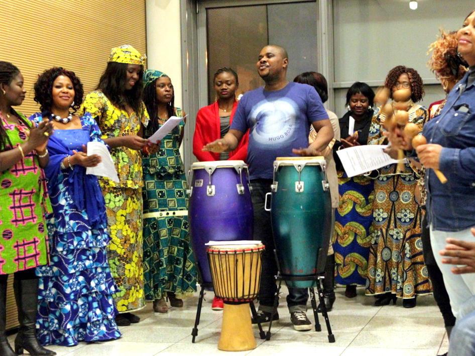 Rhythmische Trommeltöne: Afrikanische katholische Gemeinde wird gegründet. (Dezember) (Foto: Annette Zoepf)