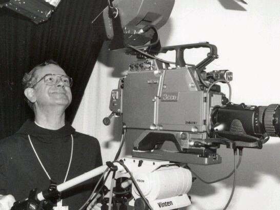 Bischof Viktor Josef Dammertz hinter der Kamera. (Foto: Fred Schöllhorn)