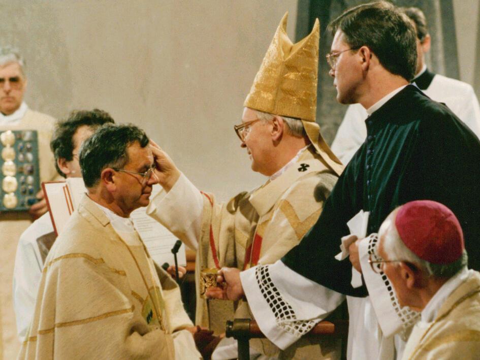 Am 30. Januar 1993: Der Münchner Erzbischof Friedrich Kardinal Wetter weihte Viktor Josef Dammertz OSB zum Bischof. (Foto: Fred Schöllhorn)