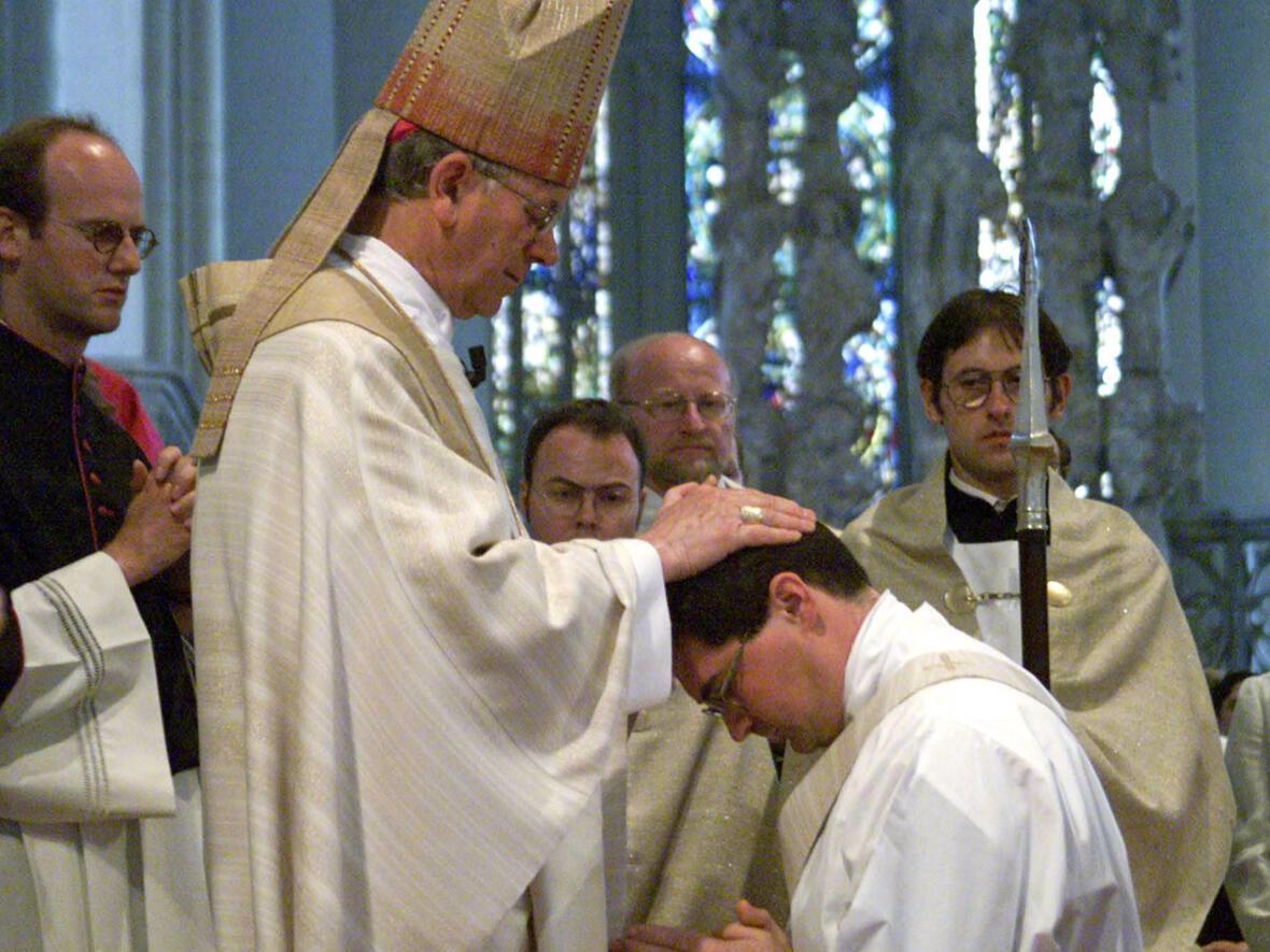 Bischof Viktor Josef Dammertz bei der Priesterweihe im Hohen Dom im Jahr 2000. (Foto: Annette Zoepf)