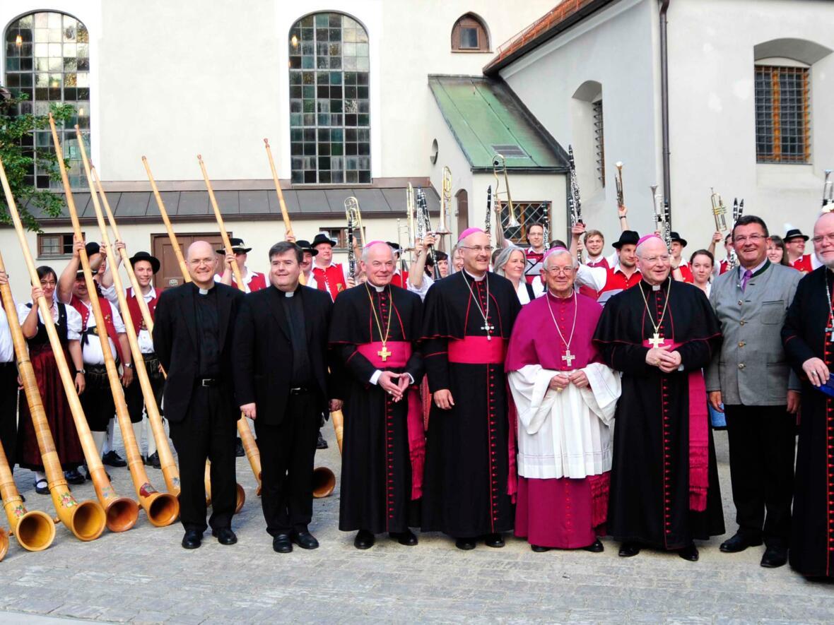 Gemeinsame Feier der runden Geburtstage von Bischof Konrad Zdarsa (70.) und Bischof em. Viktor Josef Dammertz (85.) im Jahr 2014, unter anderem mit Kardinal Reinhard Marx und Bischof Rudolf Voderholzer. (Foto: Nicolas Schnall / pba)