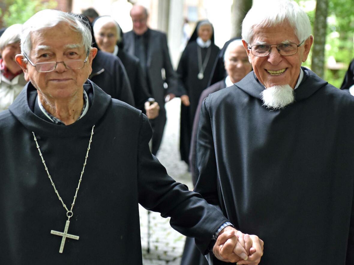 Bischof em. Viktor Josef Dammertz zusammen mit Pater Dionys Lindenmaier, dem Alt-Abt der Abtei Ndanda in Tansania. (Foto: Nicolas Schnall / pba)
