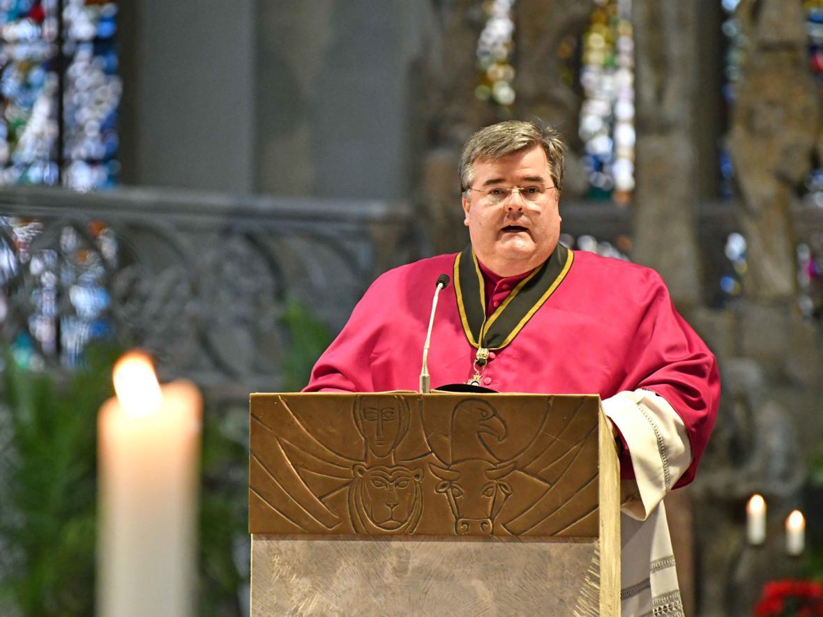 03 Bekanntgabe neuer Bischof von Augsburg_Domkapitular Harald Heinrich verliest das Ernennungsschreiben (Foto Nicolas Schnall_pba)
