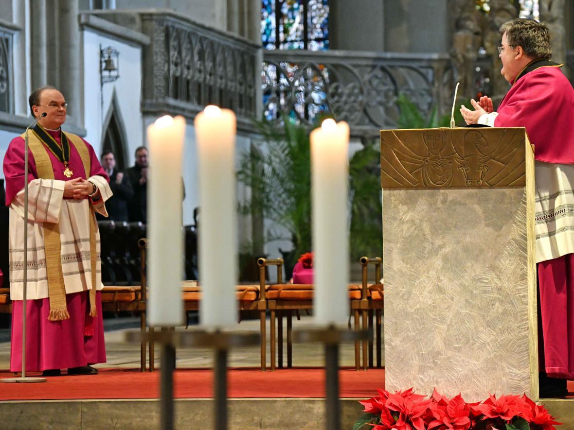 06 Bekanntgabe neuer Bischof von Augsburg_Domkapitular Harald Heinrich applaudiert (Foto Nicolas Schnall_pba)