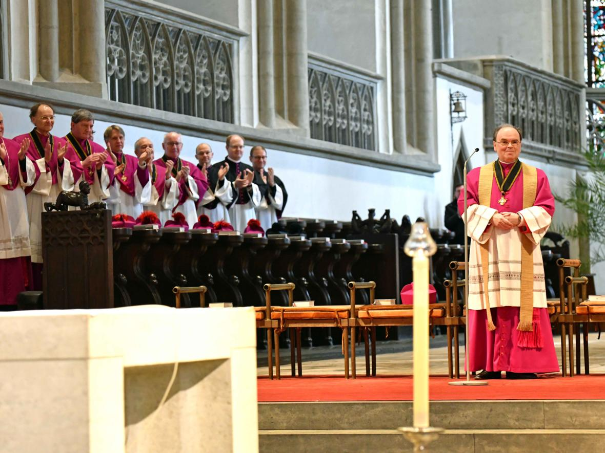 07 Bekanntgabe neuer Bischof von Augsburg_Applaus durch das Domkapitel (Foto Nicolas Schnall_pba)