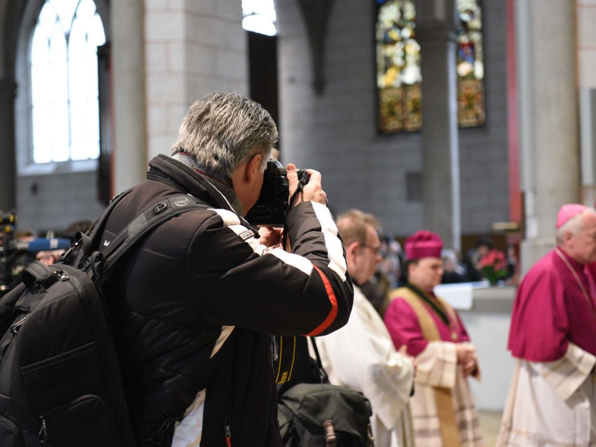 11 Bekanntgabe neuer Bischof von Augsburg_Fokus auf den künftigen Bischof (Foto Maria Steber_pba)