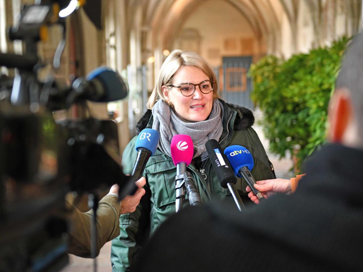 16 Bekanntgabe neuer Bischof von Augsburg_Journalistenrunde mit Bürgermeisterin Eva Weber (Foto Nicolas Schnall_pba)