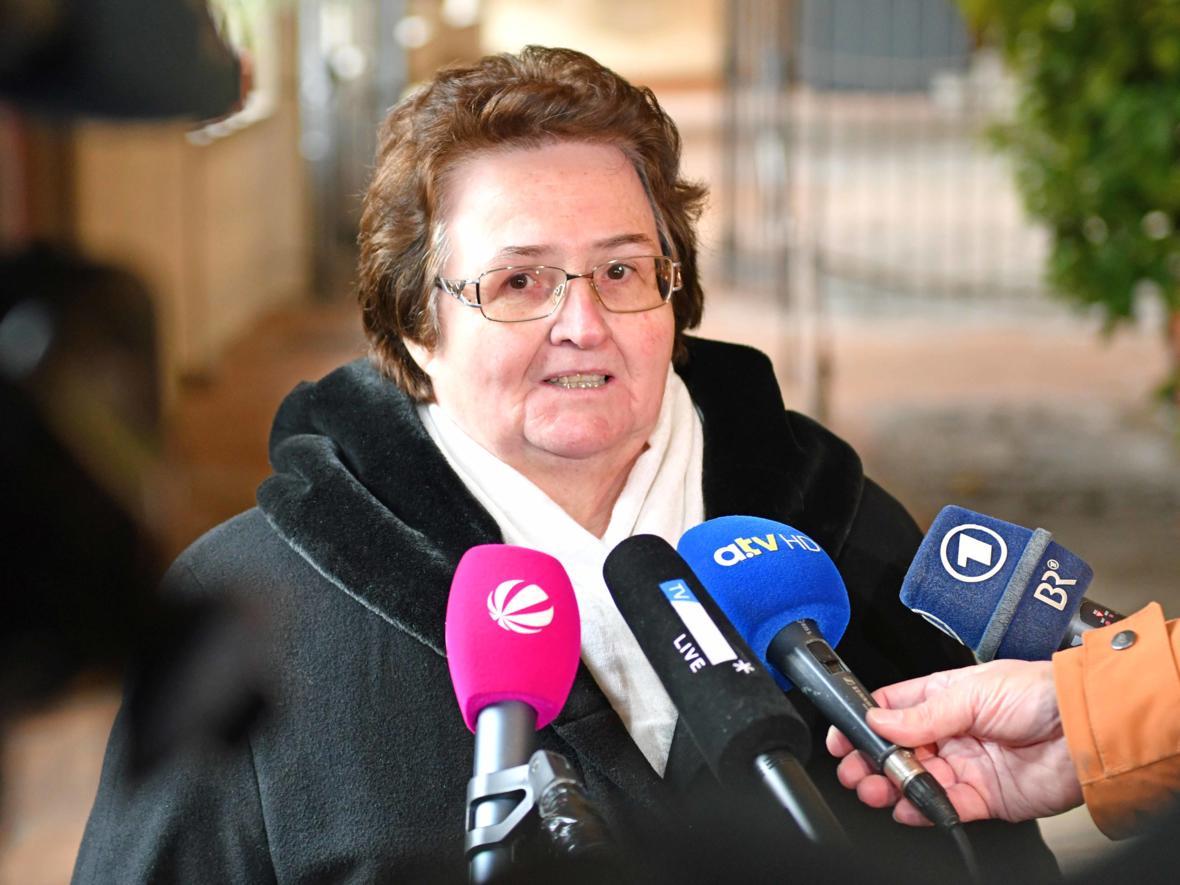 18 Bekanntgabe neuer Bischof von Augsburg_Journalistenrunde mit Sieglinde Hirner vom Diözesanrat (Foto Nicolas Schnall_pba)