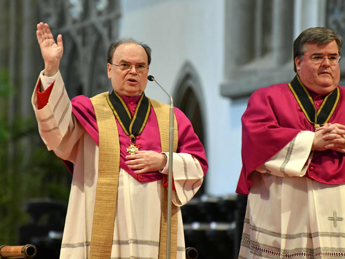 19 Bekanntgabe neuer Bischof von Augsburg_Segen durch den ernannten Bischof (Foto Nicolas Schnall_pba)
