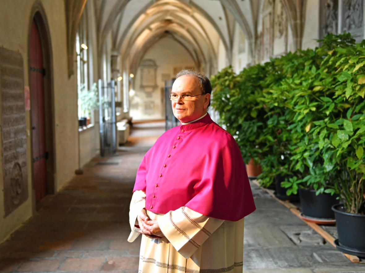 20 Bekanntgabe neuer Bischof von Augsburg_Bertram Meier im Domkreuzgang (Foto Nicolas Schnall_pba)