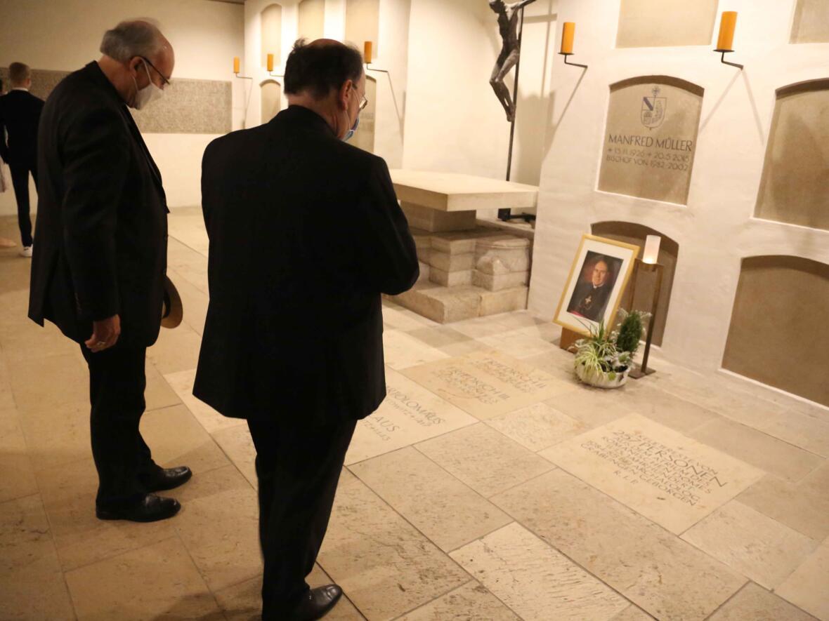 03_Gebet_Bischof Manfred Müller_Foto Veit Neumann