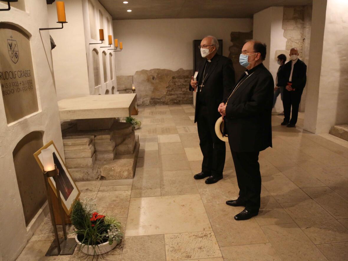04_Gebet_Bischof Rudolf Graber_Foto Veit Neumann