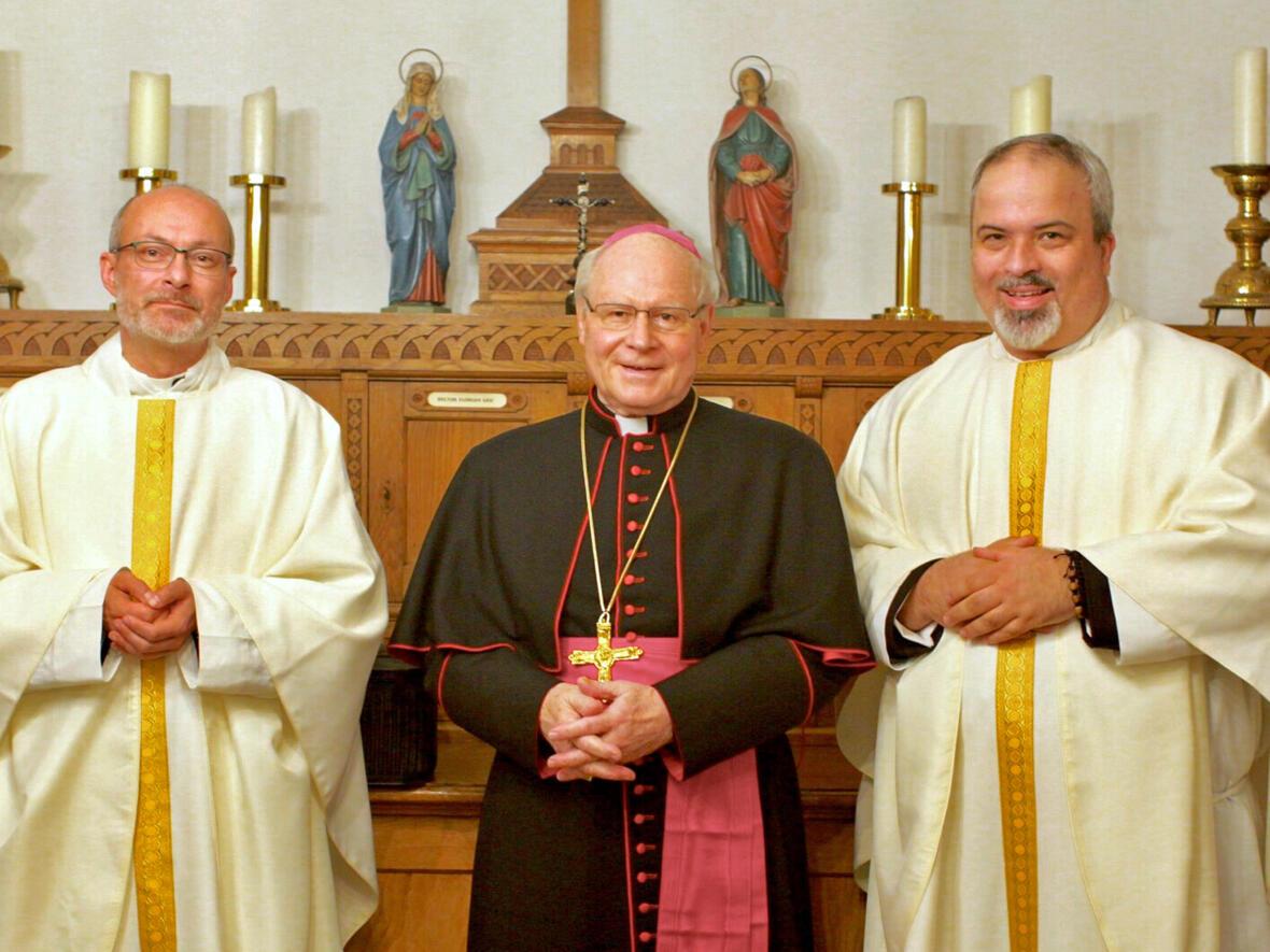 Priesterweihe Oktober 2018_(vl) Kaplan Andreas Theurer, Bischof Konrad Zdarsa, Kaplan André Schneider (Foto_Andreas Düren)_1