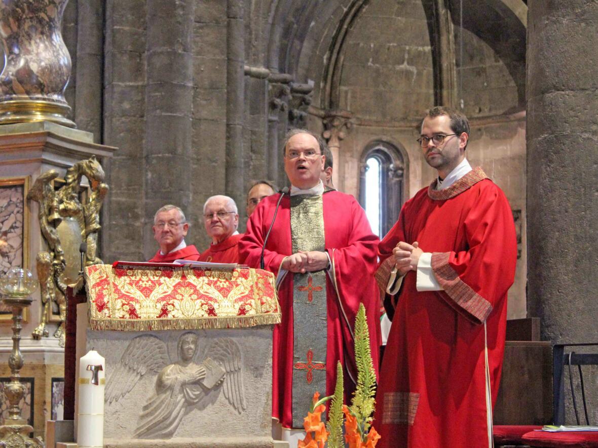 Domdekan Prälat Dr. Bertram Meier zelebrierte den Gottesdienst im Trienter Dom. Er begrüßte die Pilger und wünschte ihnen spannende Erlebnisse und Eindrücke auf der Familienwallfahrt.