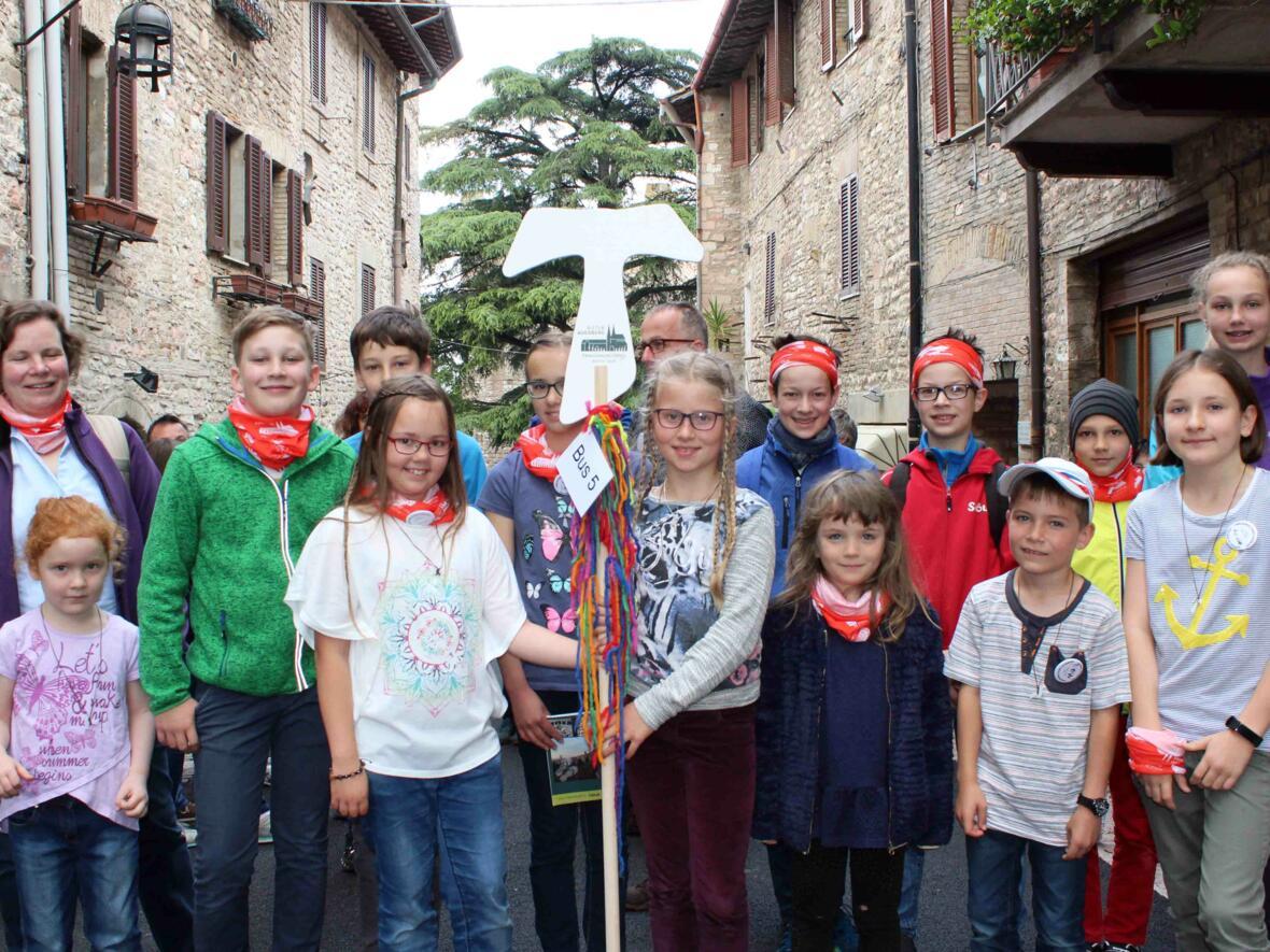 Die Kinder zeigen das berühmte Tau. Es ist nicht nur das Symbol der franziskanischen Bewegung, sondern während der Familienwallfahrt auch das Erkennungszeichen der Augsburger Pilger.