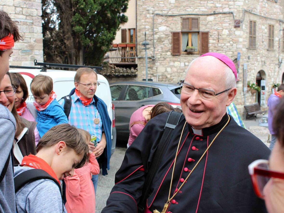 Vor dem großen Eröffnungsgottesdienst im Dom San Rufino begrüßte Bischof Dr. Konrad Zdarsa die Pilger.