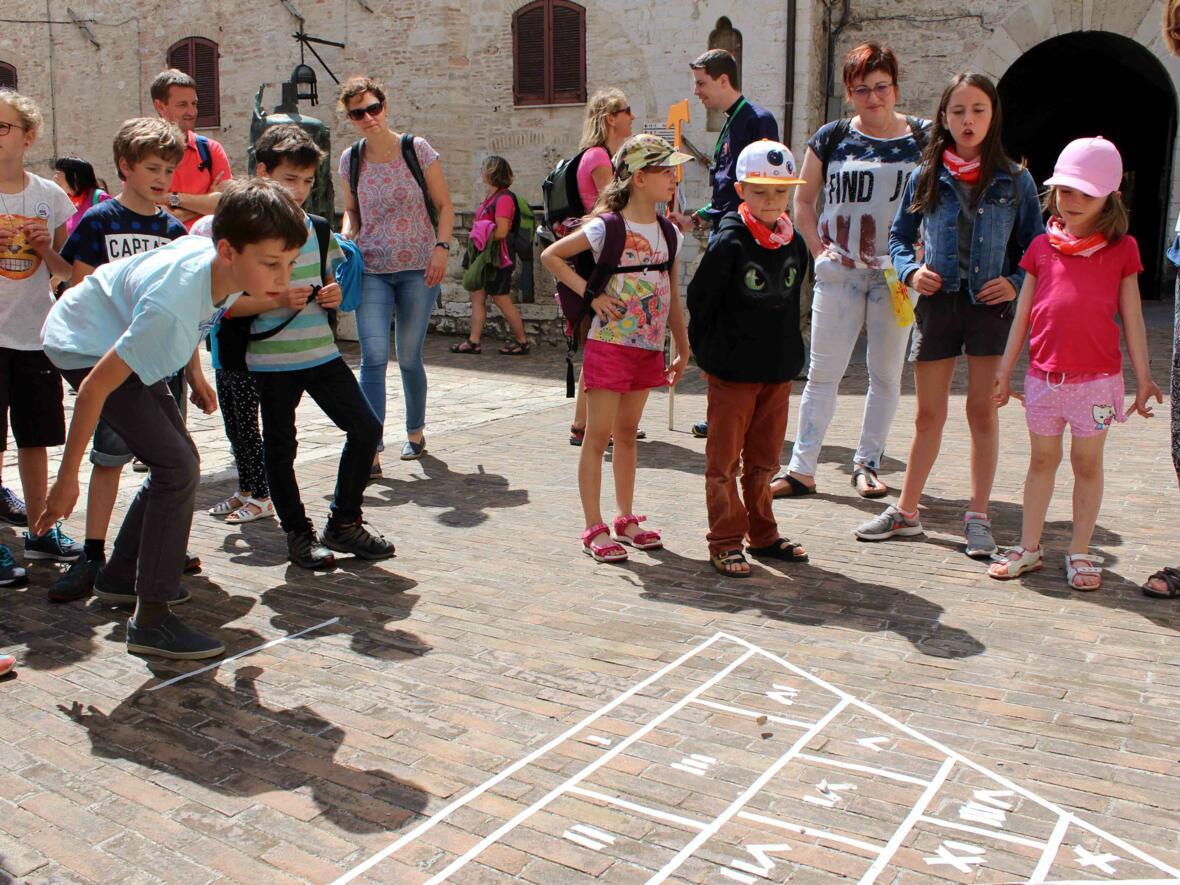 Am Dienstagnachmittag waren die Teilnehmer auf einer Rallye durch Assisi unterwegs. An sieben Stationen an bekannten Orten der Stadt gingen die Teilnehmer den Lebensweg des heiligen Franziskus nach. An der Chiesa Nuova durften die Kinder Spiele aus Franziskus Kindheit ausprobieren.