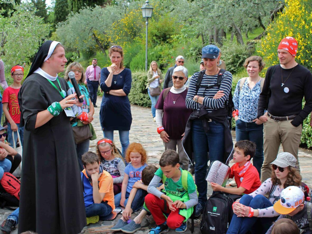 Bei der Kirche San Damiano gab Schwester Johanna vom Crescentia-Kloster Kaufbeuren Einblicke in das Leben der heiligen Klara.