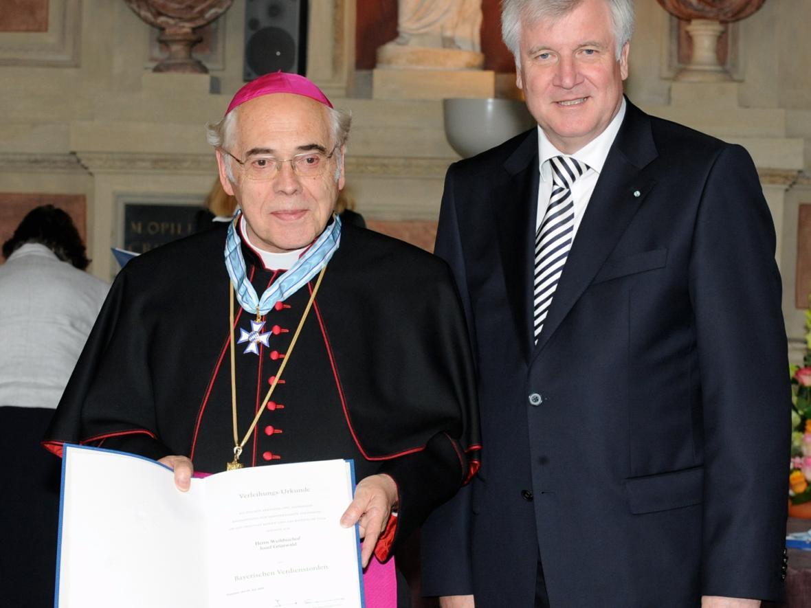 2009: Verleihung des Bayerischen Verdienstordens durch Ministerpräsident Horst Seehofer (Foto: Archiv)