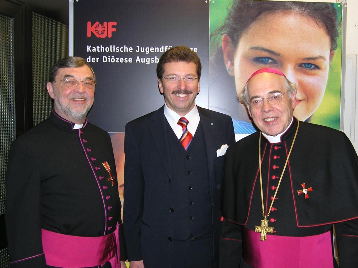 2005: Verleihung des Bundesverdienstkreuzes an Weihbischof Grünwald (Foto: Archiv)