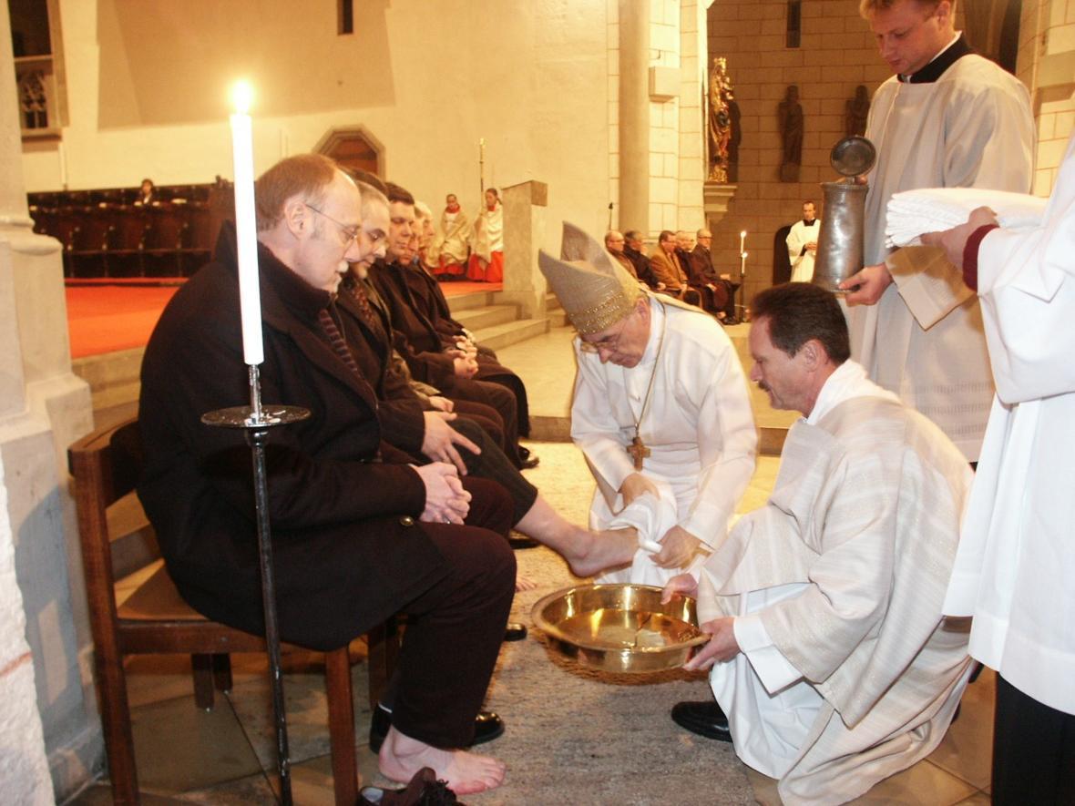2005: Als Diözesanadministrator bei der Fußwaschung am Gründonnerstag im Hohen Dom (Foto: Archiv)