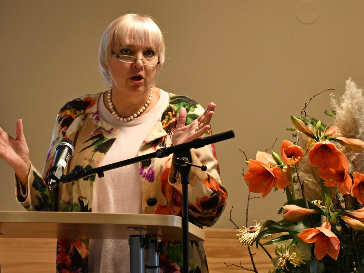 Grußwort der Vizepräsidentin des Deutschen Bundestags Claudia Roth. (Foto: Nicolas Schnall / pba)