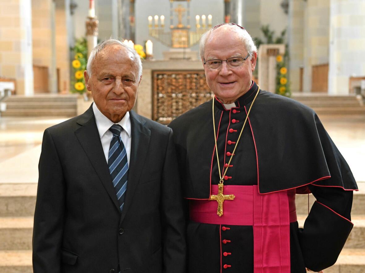 65 Jahre Priester: Studiendirektor i.R. BGR Johann Wiedemann gemeinsam mit Bischof Konrad. (Foto: Nicolas Schnall/ pba)