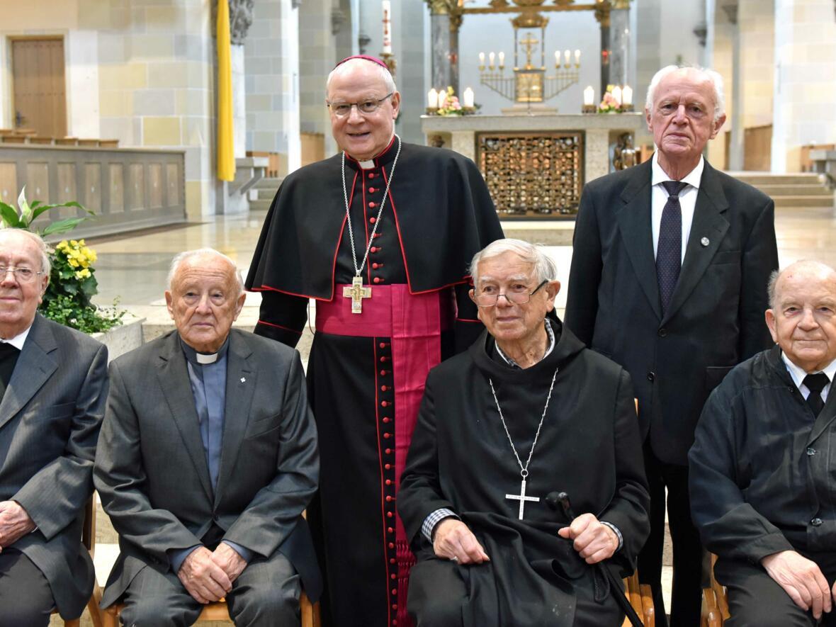 60 Jahre Priester: Bischof Konrad freut sich mit seinem Vorvorgänger Bischof em. Viktor Josef Dammertz und weiteren Mitbrüdern über sechs Jahrzehnte im priesterlichen Dienst. (Foto: Nicolas Schnall / pba)