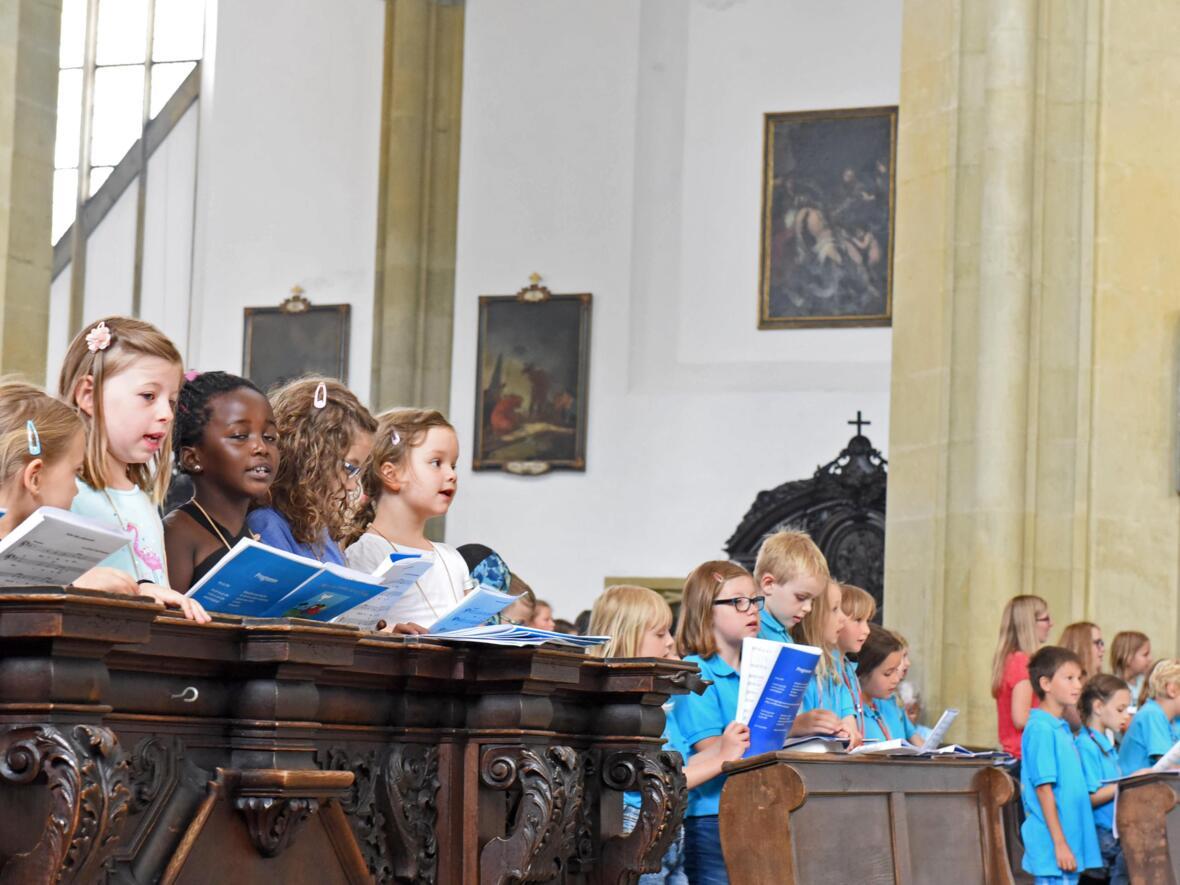 Am Tag der Kinderchöre brachten über 300 Kinderstimmen die Ulrichsbasilika zum Klingen. (Foto: Simone Zwikirsch/pba)