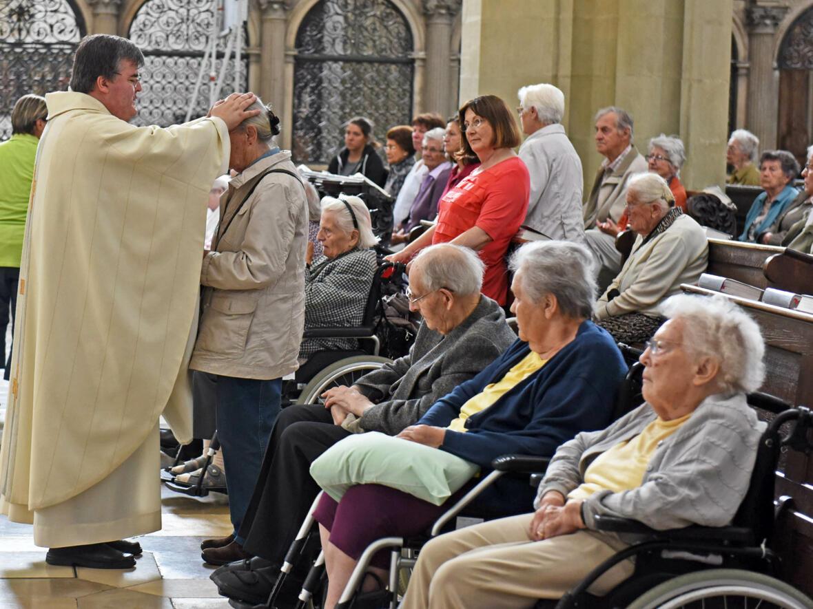 Nach einem Gottesdienst für die ältere Generation empfingen zahlreiche Seniorinnen und Senioren den Einzelsegen. (Foto: Simone Zwikirsch/pba)