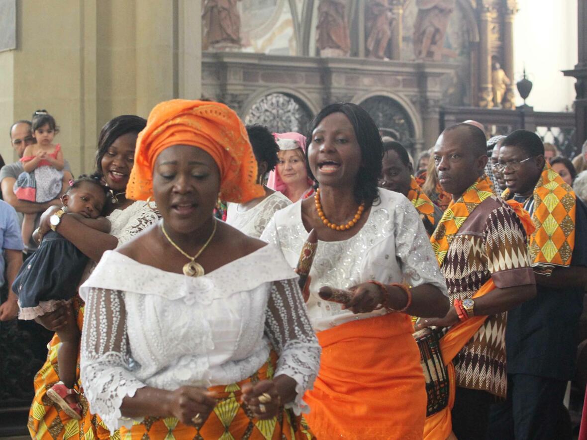 Gläubige aus vielen verschiedenen Ländern kamen beim Gottesdienst der Nationen in der Ulrichsbasilika zusammen. (Foto: Annette Zoepf/pba)