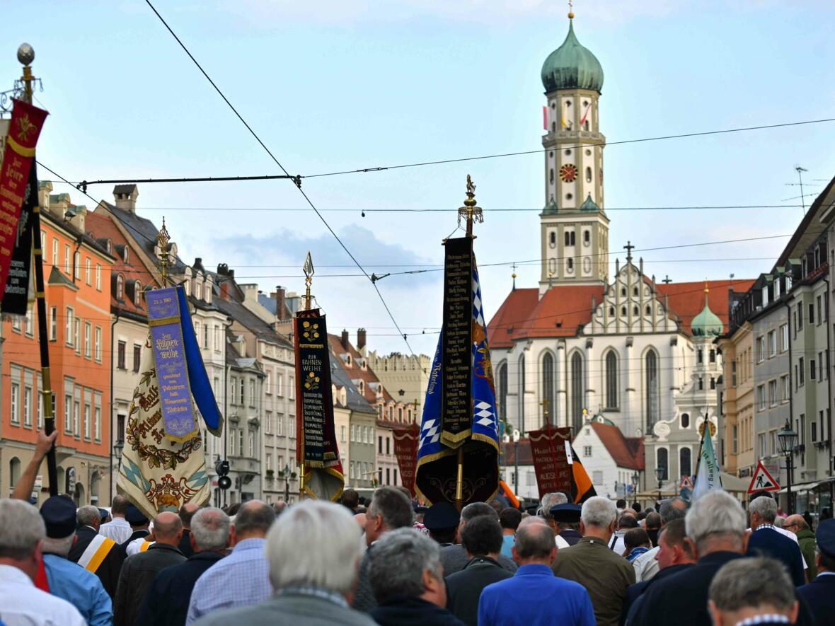 1000 Männer, 51 Fahnen und eine Musikkapelle: Die Männerwallfahrt vom Dom zur Ulrichsbasilika. (Foto: Nicolas Schnall/pba)