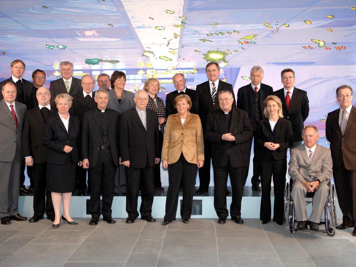 2007: Vertreter der Deutschen Bischofskonferenz mit dem Bundeskabinett um Bundeskanzlerin Dr. Angela Merkel (Foto: Archiv)