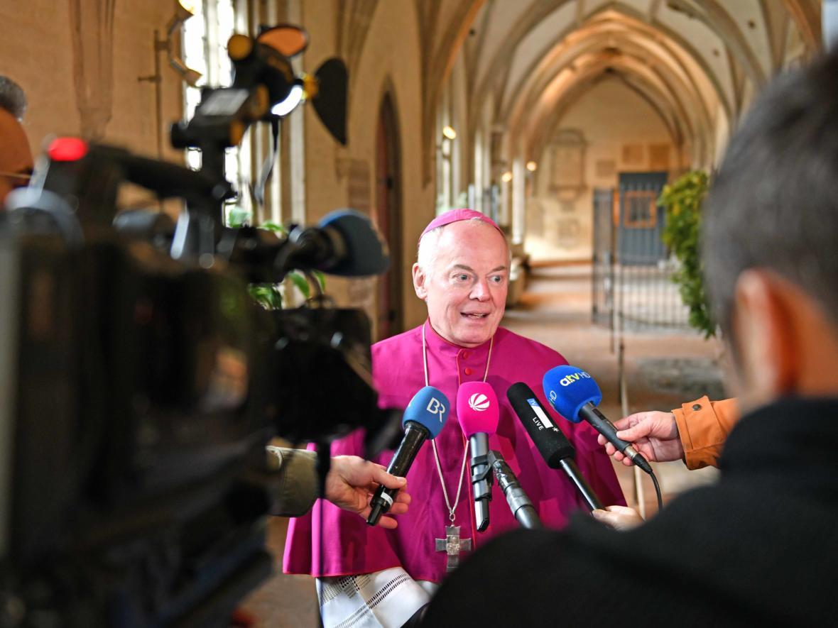 2020: Bekanntgabe des neuen Bischofs von Augsburg_Journalistenrunde mit Weihbischof Losinger (Foto: Nicolas Schnall_pba)