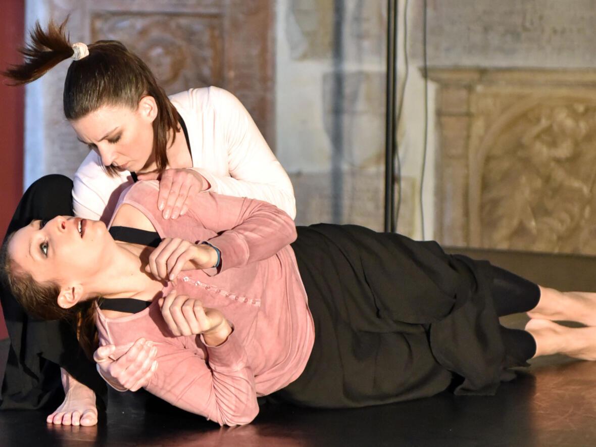 Tanzperformance beim Aschermittwoch der Künstler. (Foto: Nicolas Schnall / pba)