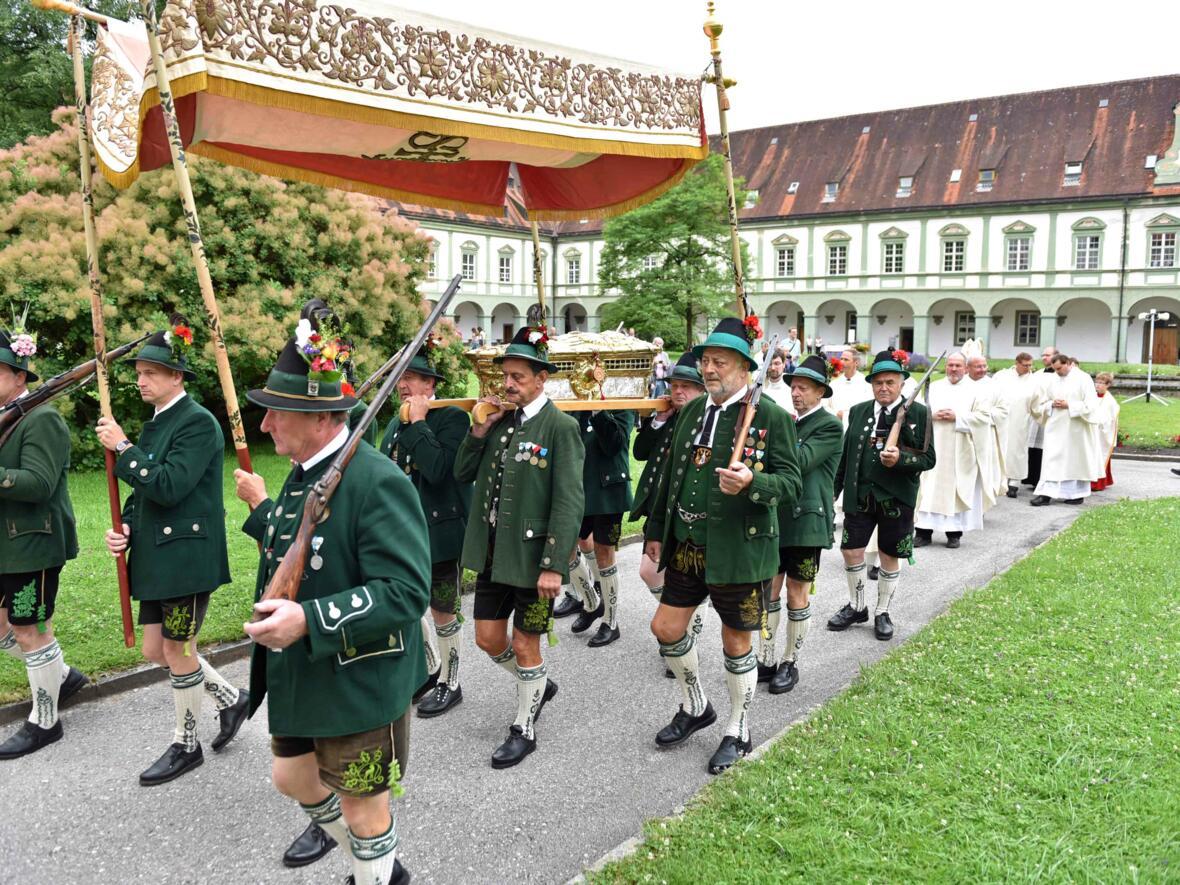 Ulrich ging wieder auf Reisen: Der Ulrichsschrein wird bei einer Prozession in die Basilika des Klosters Benediktbeuern getragen. (Foto: Nicolas Schnall / pba)