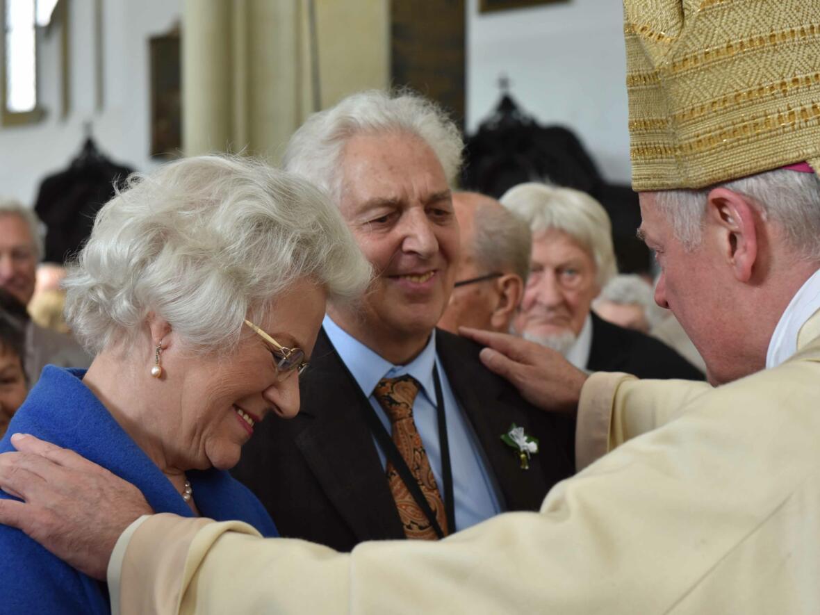 Ulrichswoche: Weihbischof Anton Losinger spendet beim Tag der Ehejubilare den Paarsegen. (Foto: Maria Steber / pba)