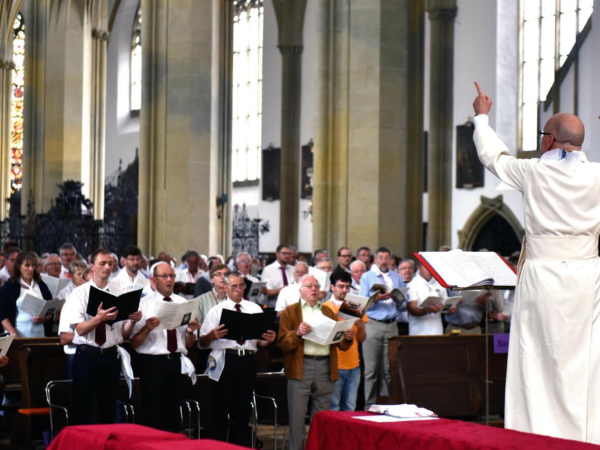 Ulrichswoche: Pater Stefan Kling, Leiter des Amts für Kirchenmusik, dirigiert beim Tag der Kirchenchöre. (Foto: Romana Kröling / pba)