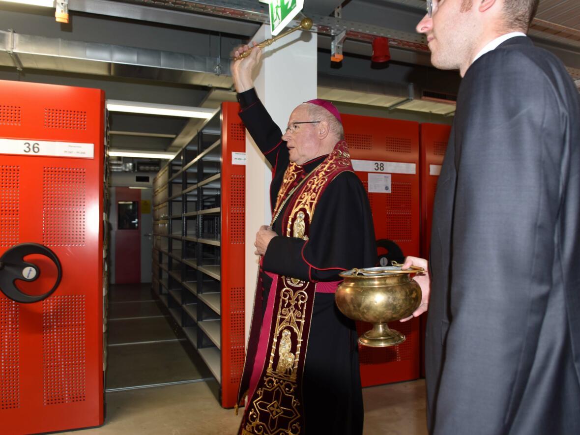 Bischof Konrad segnet das Magazin im neuen Archiv des Bistums Augsburg. (Foto: Maria Steber / pba)