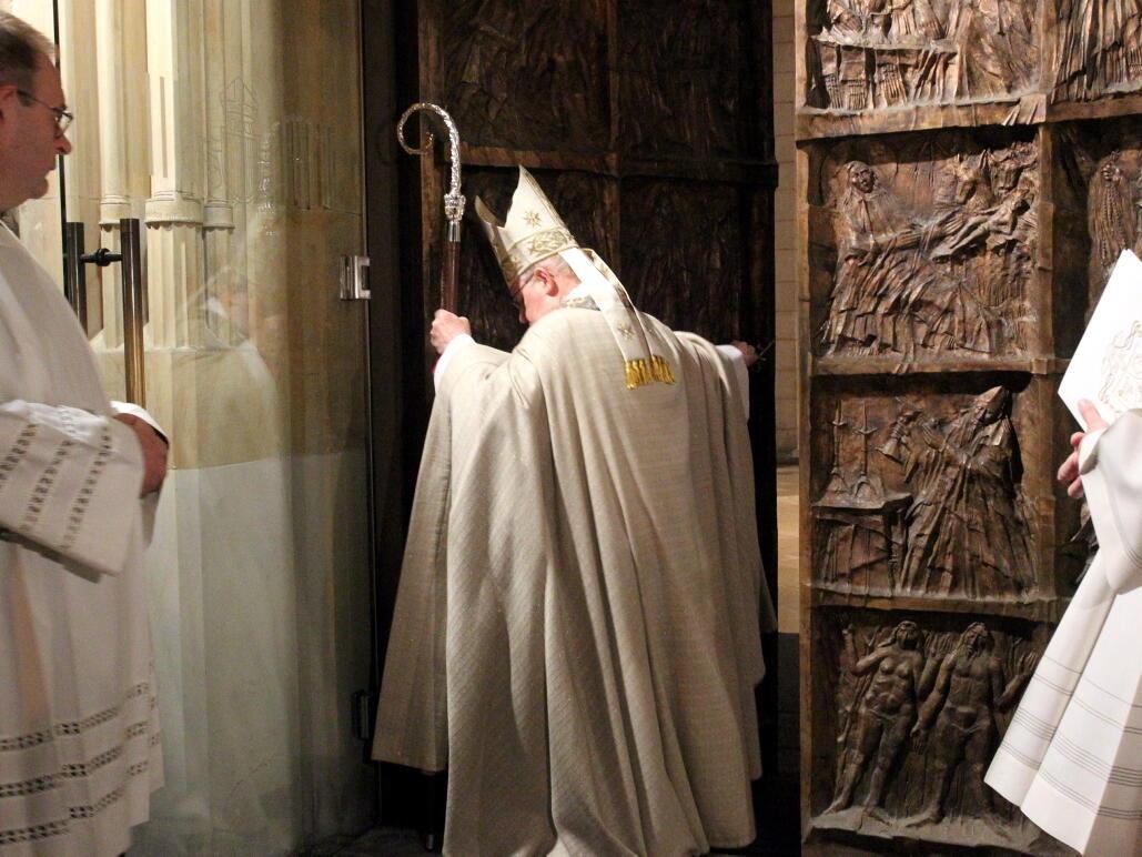 Jahr der Barmherzigkeit: Bischof Konrad schließt die Heilige Pforte am Augsburger Dom. (Foto: Annette Zoepf / pba)