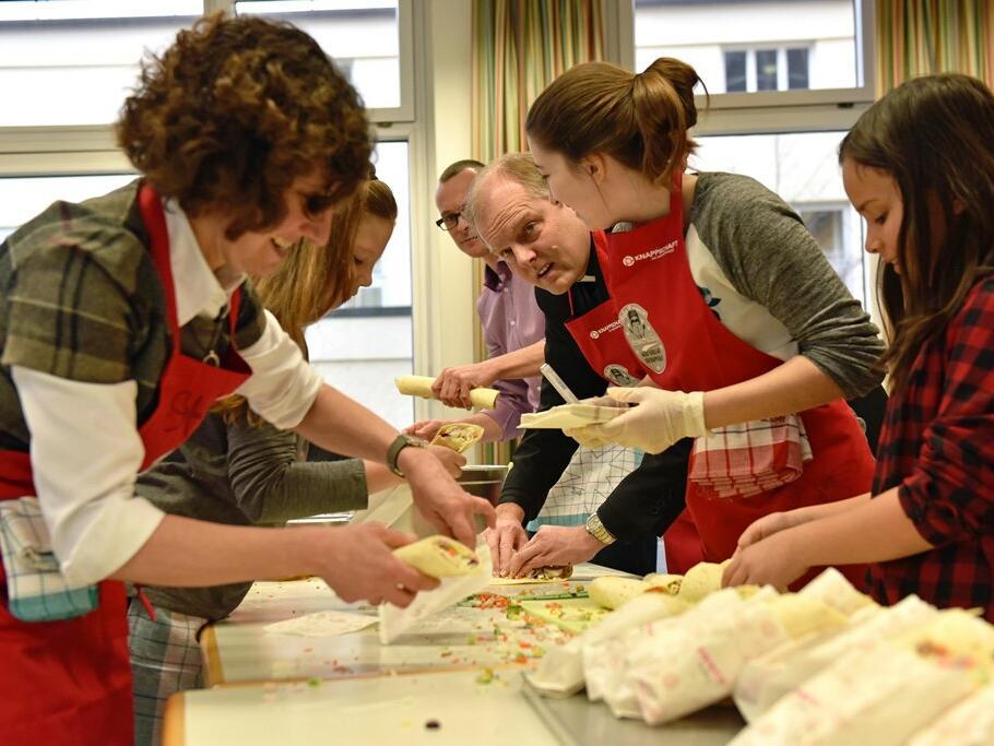 Benefiz-Kochaktion in den Augsburger Maria-Stern-Schulen mit Weihbischof Florian Wörner. (Foto: Romana Kröling / pba)